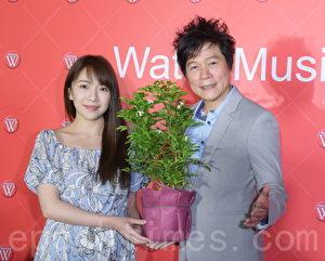 洪荣宏于2017年4月11日在台北举行发片媒体餐会。图左起为专辑合唱新人林美音、洪荣宏。(黄宗茂/大纪元)