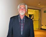 美髮品牌Morrocco Method創辦人兼總裁Anthony Morrocco於4月11日晚觀看了神韻國際藝術團在中加州聖路易斯-奧比斯保表演藝術中心的演出。(李旭生/大紀元)