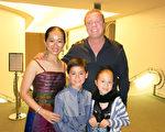 水彩畫家Kittima Case(左一)和家人一起觀看了神韻國際藝術團在聖路易斯奧比斯保表演藝術中心的演出。(李旭生/大紀元)