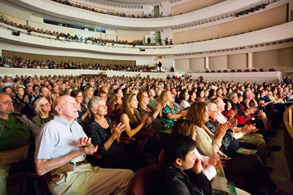 4月12日晚,神韻國際藝術團結束了在聖路易斯-奧比斯保的第二場也是最後一場演出圓滿結束。(季媛/大紀元)