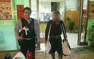 台湾1名58岁家住新北市独居的刘姓男子,深夜拄拐杖流落 到桃园市,由于身无分文、体力耗尽,呆坐在路旁,桃 园警方上前询问,除了提供食物外,决定载男子回家, 男子沿路泪流满面。(桃园警分局提供)