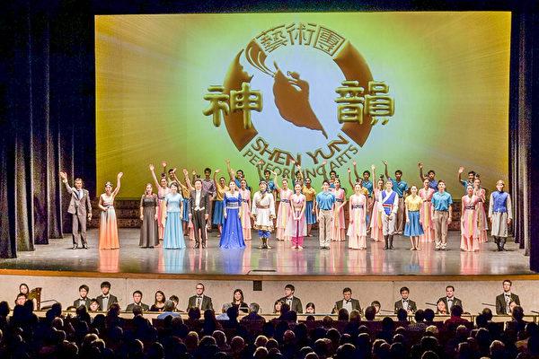神韵纽约艺术团从2017年3月23日来到澳洲,于4月29日晚,在南澳的阿德莱德圆满完成了总共35场的大洋洲巡演。图为神韵艺术家谢幕照。(尼尔森/大纪元)