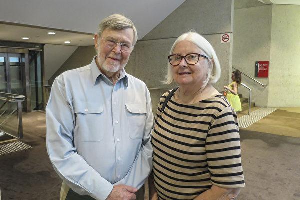 医生Michael Norton和太太、退休护士June Norton一同观看了4月14日下午的神韵演出。(丹尼尔/大纪元)