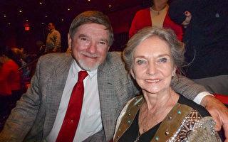 2017年4月14日晚,退休电信技术专家David Ouellette夫妇在观看圣安东尼奥特宾表演艺术中心的首场演出后表示,神韵展现出卓越的文化精髓,观者无不受益。(吴香莲/大纪元)
