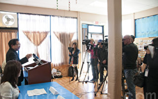 4月14日,舊金山灣區的多位華裔社區領袖舉行記者招待會,聲援受美聯航暴力驅趕的受害亞裔乘客。(周鳳臨/大紀元)