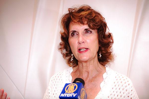 4月14日晚,德州圣安东尼奥一家建筑公司老板Bonnie Zumwait 表示,自己多年来一直想观看神韵演出,如今终于得愿以偿。(新唐人电视台)