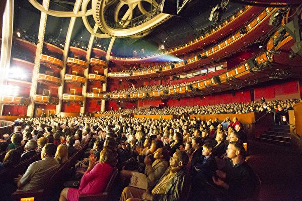 2017年4月14日晚上7时半,美国神韵国际艺术团莅临好莱坞杜比剧院(Dolby Theatre)。首场演出爆满,一票难求。全场观众沈浸在中华五千年文化的绚丽神奇之中。(季媛/大纪元)