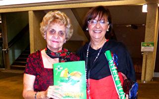 """2017年4月15日下午2时,Lori Palmieri(右)和好友Aurora Demarchi(左)一同前来观赏神韵纽约艺术团在澳洲布里斯本的演出,表示观看了神韵演出后,最大的启示是""""善是普世的价值""""。(袁丽/大纪元)"""