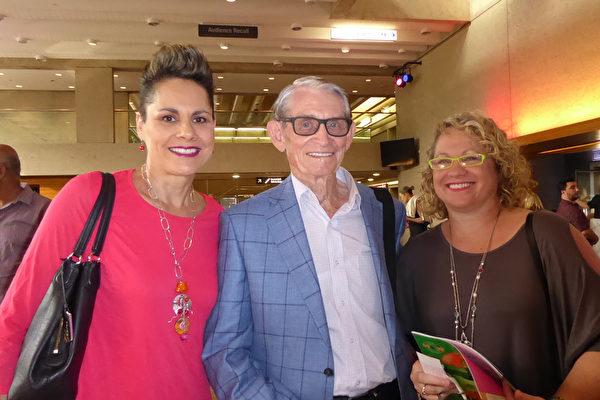 Janet Parker(左),Graham Drummond (中)及他的女儿(右)一起观看了神韵演出。(纪芸/大纪元)