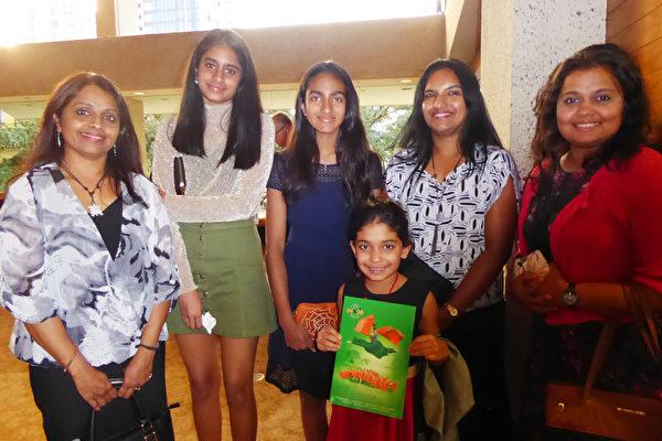Tanuja Vijay(右),Reena Karayil(左)及其他家庭成员一家六口一起观看了神韵演出。(纪芸/大纪元)