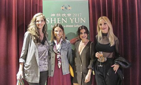 4月15日,神韻世界藝術團在巴塞羅那的演出吸引了眾多演藝界明星慕名而來觀看。電視主播兼演員Flora González (左二)和三位電視演員結伴前來觀賞,精美絕倫的節目令她們讚不絕口。(麥蕾/大紀元)