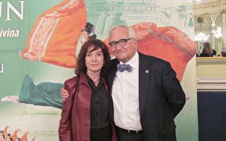 西班牙著名诗人及政治家Carles Duarte和妻子观看了神韵4月15日在西班牙巴塞罗那的演出。(麦蕾/大纪元)