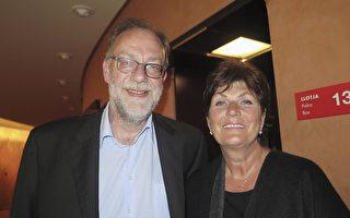 动物疫苗国际监管事务总监Christian Van Beek先生和夫人Annewe Slih女士感觉神韵在净化他们的灵魂。(文华/大纪元)