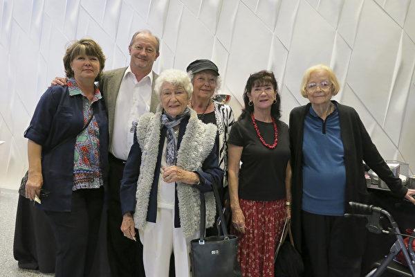 4月15日下午,企业家Dave Luciani(左二)和Pam Luciani(左一)夫妇与友人们一起在德州圣安东尼奥观看了神韵演出。(林南宇/大纪元)