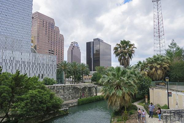 德州圣安东尼奥市最著名的景点——河滨步道(river walk) 。其中最左侧的建筑物是圣安东尼奥特宾表演艺术中心(Tobin Center for the Performing Arts)。神韵北美艺术团自4月14日至16日在该艺术中心上演三天四场演出,场场爆满加座。(林南宇/大纪元)