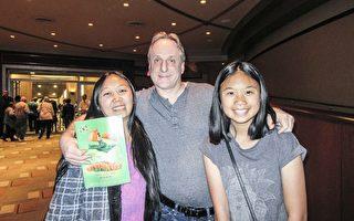 4月15日下午, IT总监Brian Rahming陪太太和女儿一起观赏了美国神韵国际艺术团在好莱坞杜比剧院(Dolby Theatre)的第二场演出。(李清怡/大纪元)