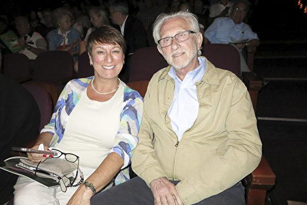 圣莫尼卡著名地标性餐厅的老板Maurice Solomon和太太Becky Solomon观看了4月15日晚神韵国际艺术团在好莱坞杜比剧院的第二场演出。(李旭生/大纪元)