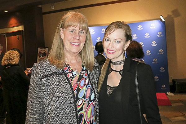 演员兼模特Lori McShane(右)和母亲Betty McShane一起观看了美国神韵国际艺术团在好莱坞杜比剧院(Dolby Theatre)的第二场演出。(李旭生/大纪元)