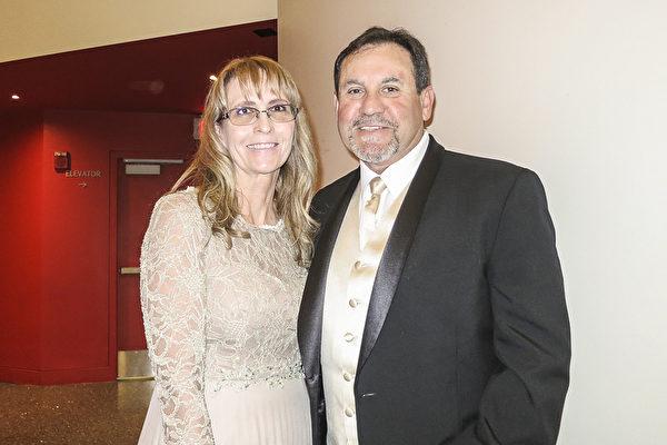 2017年4月15日晚,Oscar Henderson和女友Kathy观赏了神韵北美艺术团在美国德州圣安东尼奥市特宾表演艺术中心(Tobin Center for the Performing Arts)的第三场演出后表示,神韵是一场震撼人心,发人深省的演出,唤醒他们的心灵和感官。(林南宇/大纪元)