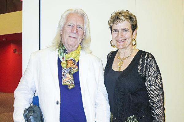 2017年4月15日晚,武术教练Jo Birdsong先生和太太Nancy观赏神韵后表示,神韵让他们领悟道家的精髓。(林南宇/大纪元)