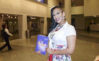 美容师Janice Nicole Diaz女士观看2017年4月15日晚在美国德州圣安东尼奥特宾表演艺术中心(Tobin Center for the Performing Arts)上演了今年在当地的第三场演出。她爱神韵所展现的灵秀典雅女性之美,认为神的荣耀无所不在,贯穿于所有的文化之中。(吴香莲/大纪元)