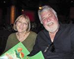 著名作曲家Ashley Irwin与太太Beverley Irwin一起观看了4月15日晚神韵国际艺术团在好莱坞杜比剧院(Dolby Theatre)的第三场演出。(李清怡/大纪元)