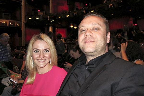 公司业主Janos Garaczi与太太观赏了神韵在好莱坞杜比剧院的演出后称赞处处都是亮点。(任一鸣/大纪元)