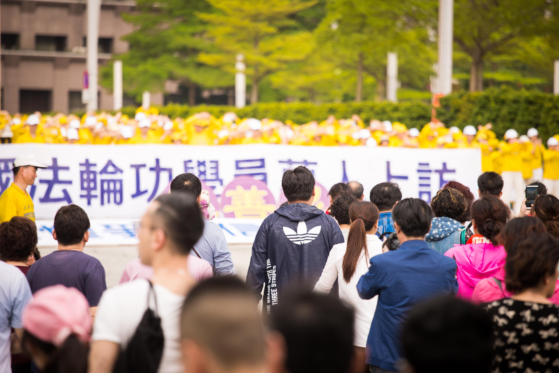 台灣部份法輪功學員4月16日在台北市政府前市民廣場舉行「紀念4.25中國法輪功學員萬人和平上訪18週年」活動。(陳柏州/大紀元)