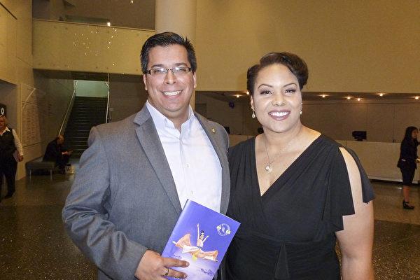 2017年4月16日下午,金融顾问Victor Gonzalez先生和太太Elizabeth观看神韵演出后表示,神韵他们感受到了中国传统文化的复活。(吴香莲/大纪元)