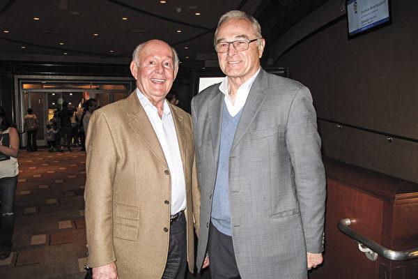 国际税务律师、律师事务所创始股东David Berardo(右)和做艺术品生意的朋友Jean Tardy在4月16日下午一同欣赏了神韵演出,在复活节周末目睹了中国文化的复兴。(刘菲/大纪元)