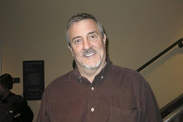 戏剧艺术教授Tom Provenzano先生观赏了神韵后称赞演出演出的每一刻都非常杰出完美。(任一鸣/大纪元)