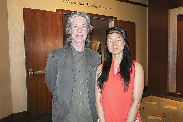 著名的音效工程师David Walsh和女友TJ 于4月16日下午在好莱坞杜比剧院观看了神韵演出后对其赞叹不已。(李旭生/大纪元)