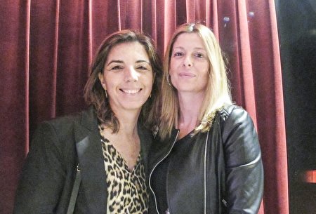 4月16日晚,Dolors Naranjo女士和朋友Gema Vives一起觀看了神韻在西班牙巴塞羅那的演出。(麥蕾/大紀元)