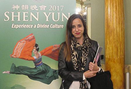 4月16日晚,酒店顧問Eva Higelmo女士觀看了神韻在西班牙巴塞羅那的演出。(麥蕾/大紀元)