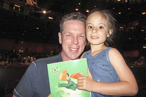 公司总裁William Breindel先生带孩子观看了4月16日下午神韵国际艺术团在好莱坞杜比剧院的演出。(李清怡/大纪元)