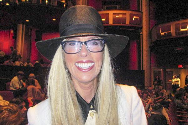 律师Diane Dimascio女士喜爱神韵的舞剧,从中她看到了美丽、勇猛、力量和善良。(Marie Paul Baxiu/大纪元)