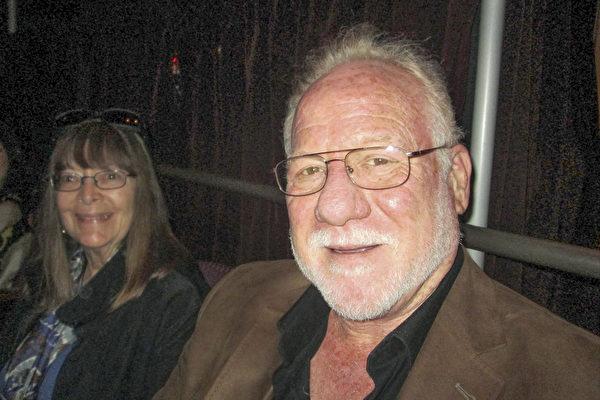 4月16日下午萨克斯风演奏家兼作曲家Bruce Eskovitz和家人一起观赏了美国神韵国际艺术团在好莱坞杜比剧院的演出。(Marie-Paul Baxiu/大纪元)