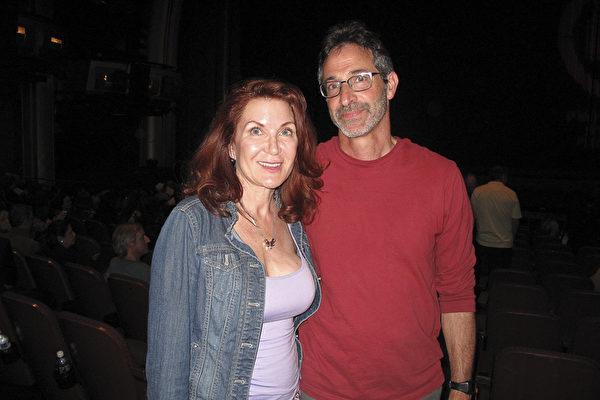 作家兼水彩画家Andrea Davis女士和律师朋友Jay Cogan先生欣赏了4月16日晚神韵国际艺术团在好莱坞的最后一场表演,赞神韵架起东西方艺术的桥梁。(刘菲/大纪元)