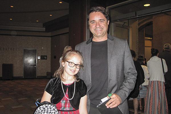 好莱坞电影制片人的Christian Gossett和女儿都非常喜欢神韵,非常期待再次欣赏。(刘菲/大纪元)