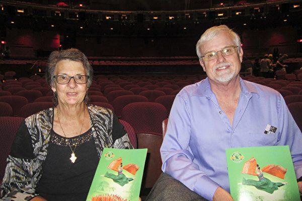 4月16日周日晚,Bill Reeve先生与太太Nancy Reeve观赏了美国神韵国际艺术团在好莱坞杜比剧院的第五场演出。(李清怡/大纪元)