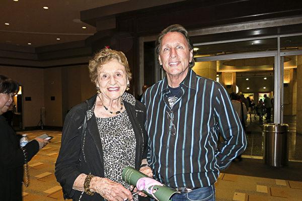 演员David Ulmer和母亲Rose McClure观看了神韵国际艺术团于4月16日晚在好莱坞杜比剧院的演出。(李旭生/大纪元)