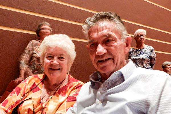 铁杆粉丝Audrey McCarthy(左)年年看神韵,今年还带朋友、退休海员John Hewitt(右)一起观看了神韵纽约艺术团2017年4月19日下午在澳洲珀斯帝王歌剧院(Regal Theatre)的第二场演出。(刘珍/大纪元)