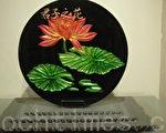 《君子之花》彩金烤漆以雕刻方式的变化,再上彩金后加以背景烤漆,结合五片玻璃成为立体状。(杨秋莲/大纪元)