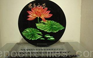 《君子之花》彩金烤漆以雕刻方式的變化,再上彩金後加以背景烤漆,結合五片玻璃成為立體狀。(楊秋蓮/大紀元)