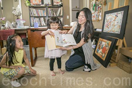 小言的兩個女兒都非常喜歡繪本「My Guardian Angel」。(曹景哲/大紀元)