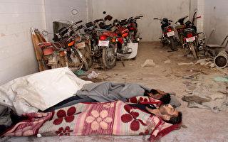 從4日遭攻擊的敘利亞10名受害者身上取得樣本,顯示他們暴露在沙林或類似沙林的物質中。圖為汗舍孔鎮醫院停車場的遇難者。(OMAR HAJ KADOUR/AFP)