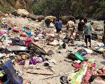 2017年4月19日,印度一輛私營巴士,墜入喜馬拉雅山區河谷中,已有45人死亡。(STR/AFP)