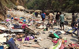 2017年4月19日,印度一辆私营巴士,坠入喜马拉雅山区河谷中,已有45人死亡。(STR/AFP)