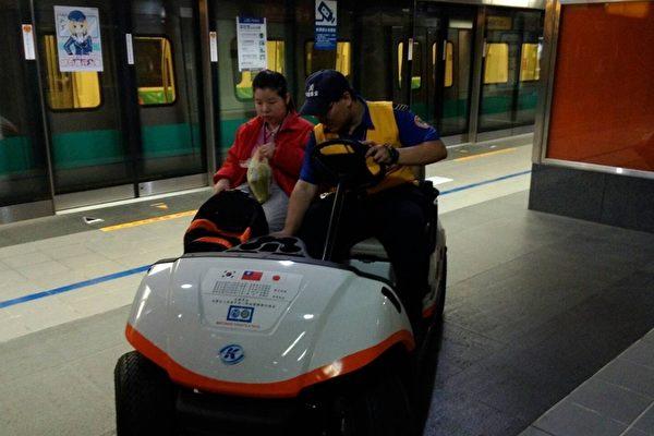 高捷貼心服務身障者,首創月台接駁專車,避免月台長距不便。(高雄捷運公司提供)