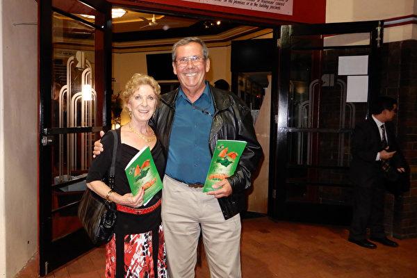 家族企业创始人Gerry Baylee先生和妻子Sharon Baylee女士观赏了4月20日晚的神韵演出。(刘珍/大纪元)